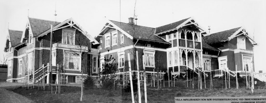 """Villaens historie begynner sent på 1800-tallet. Johs. H. Bull (f.1860) kjøpte fra sin onkel og tante Svend og Lena Foyn eiendommen St. Olavsgate 6, der """"Møllebakken"""" ble bygget i 1890. Huset ble reist i sveitserstil, dengang tidens smak"""