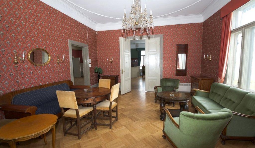 Fruens Stue passer til sammenkomster på opp til 12 personer.