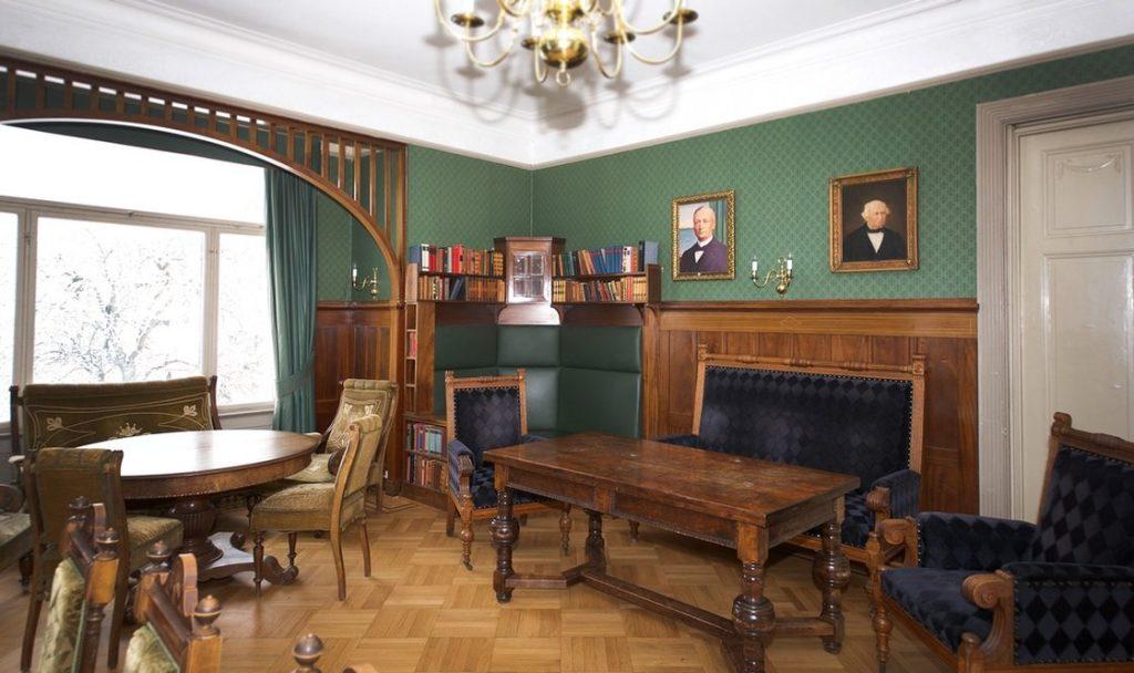 Herrens Stue egner seg godt til møter eller selskaper for opp til 25 personer.